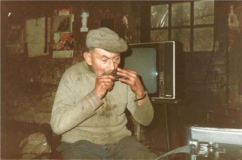 Lucien Chaput jouant de l'harmonica